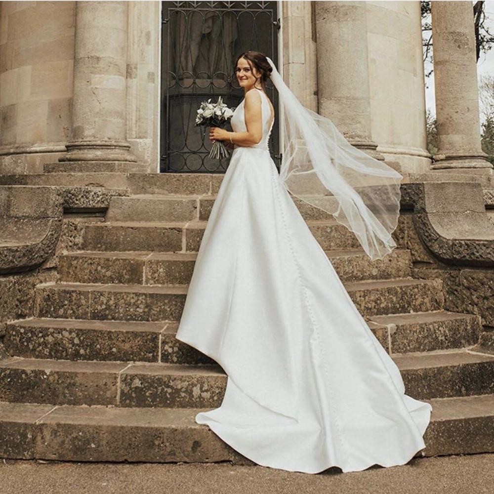 Beautiful bride wearing fingertip length veil