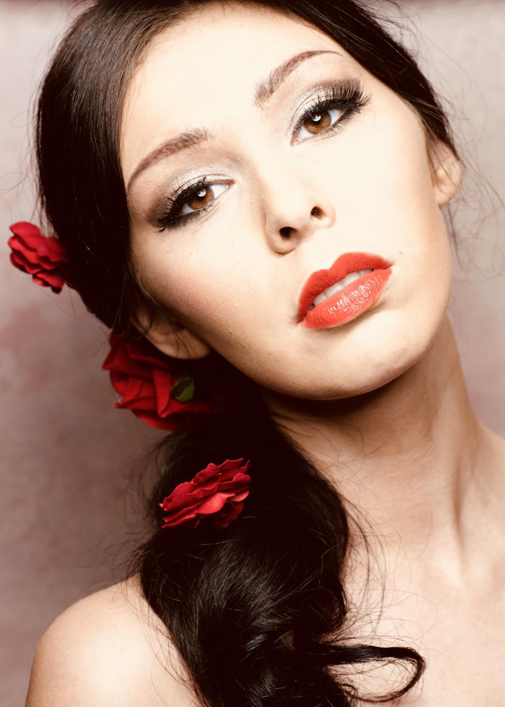 Glamorous latino style makeup - Make Me Bridal Artist: Martine Turner Hmua. #glamorous #redlipstick #latino