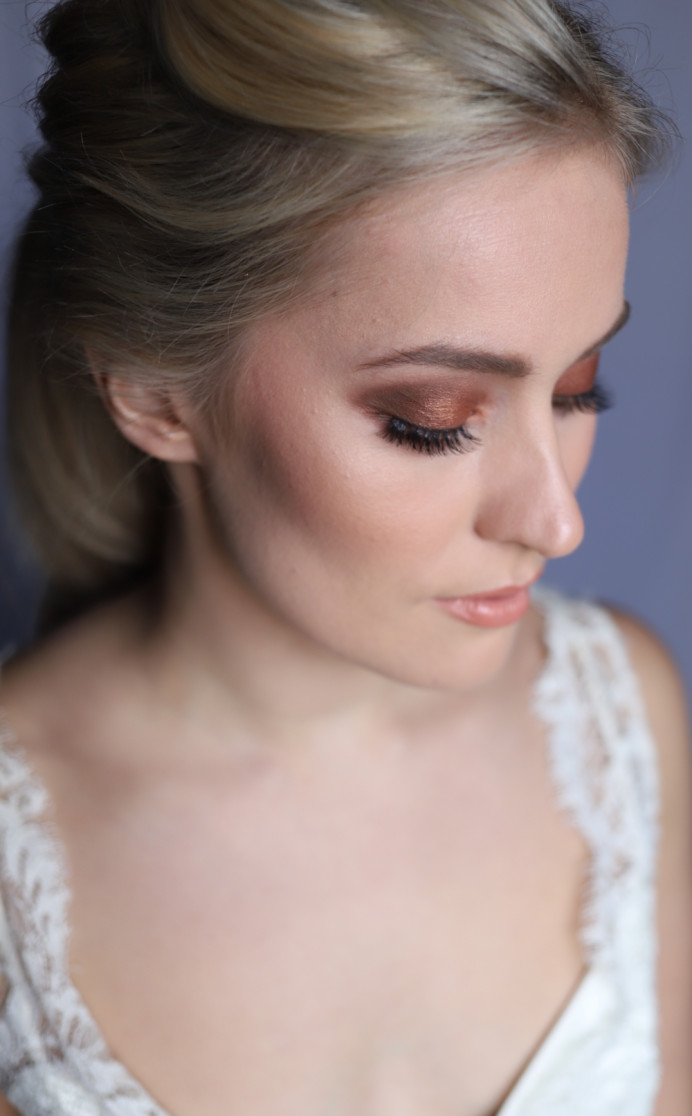 Glam lines and autumnal tones in this smokey, polished bridal makeup look. - Make Me Bridal Artist: Laura Anne Hair & Makeup Designer. Photography by: Katy Djokic. #glamorous #smokeyeyes #glam #warmeyes #contoured #autumnmakeup