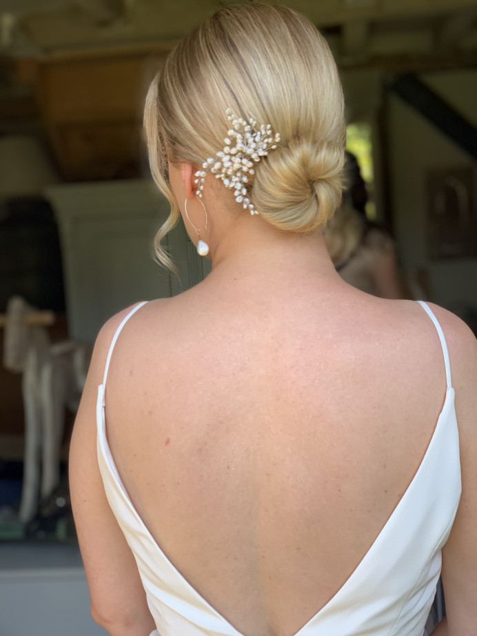Simplicity was the key word for this stunning bride x - Make Me Bridal Artist: Cheveux cimone. Photography by: Cimone Guggiari. #classic #vintage #hairvine #blondebride #simplebun