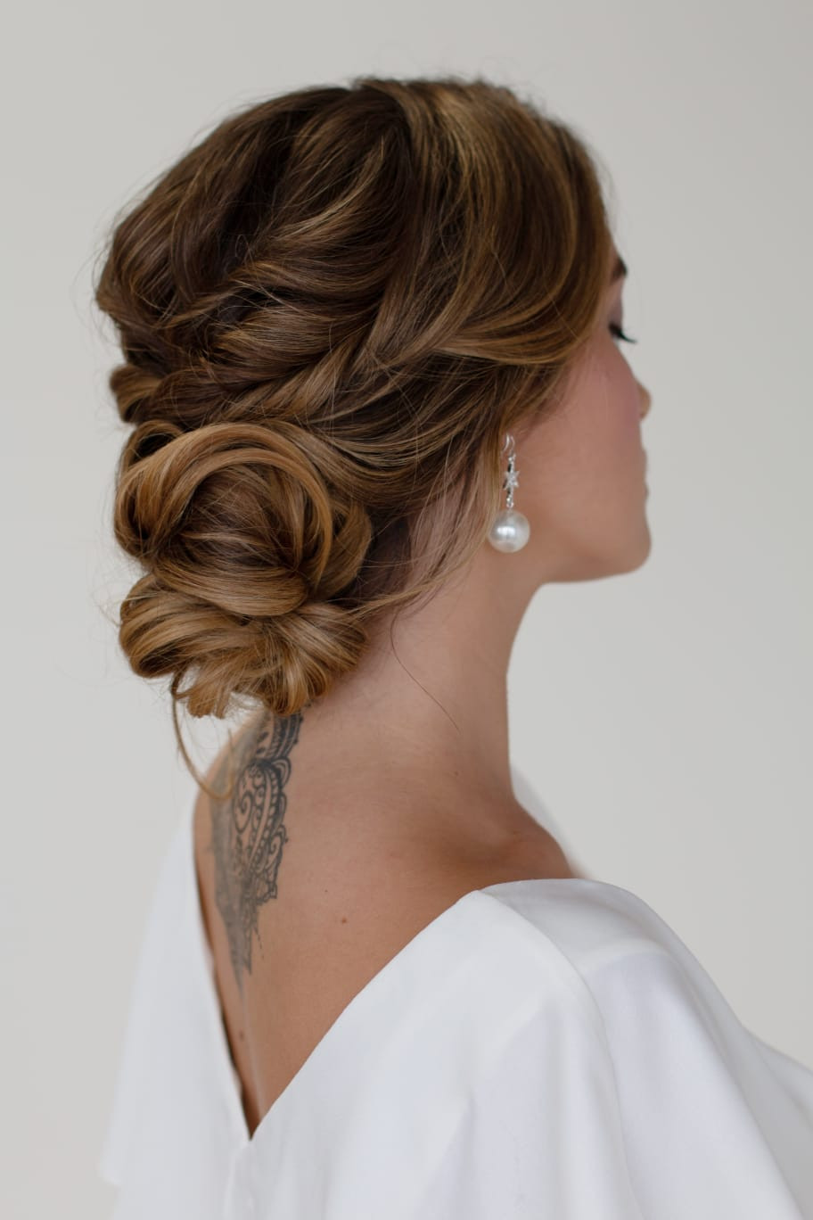 - Make Me Bridal Artist: Cheveux cimone. Photography by: Kerry Regan. #glamorous #curls #bridalhair #hairup #texture #texturedupdo