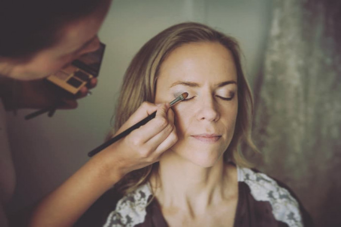 Nansi was a delightful photographer to work with as I worked my first destination wedding in Sydney! Here I am making up Emma on the morning of her wedding in Cronulla. - Make Me Bridal Artist: Alice Rose Brides. Photography by: Nansi Pahlberg. #naturalmakeup #bridalmakeup
