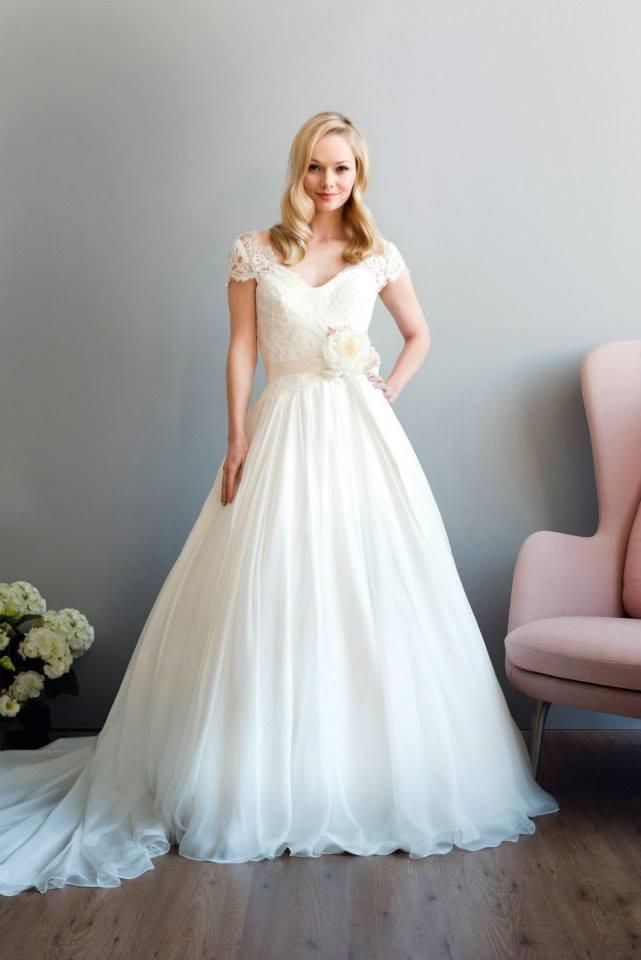 - Make Me Bridal Artist: Love your hair Cassandra . Photography by: Hannah duffy. #classic #elegant #weddinghair #smoothcurls #bridalhair #waves #glamourous #hairdown #smoothwave #weddinghairdown