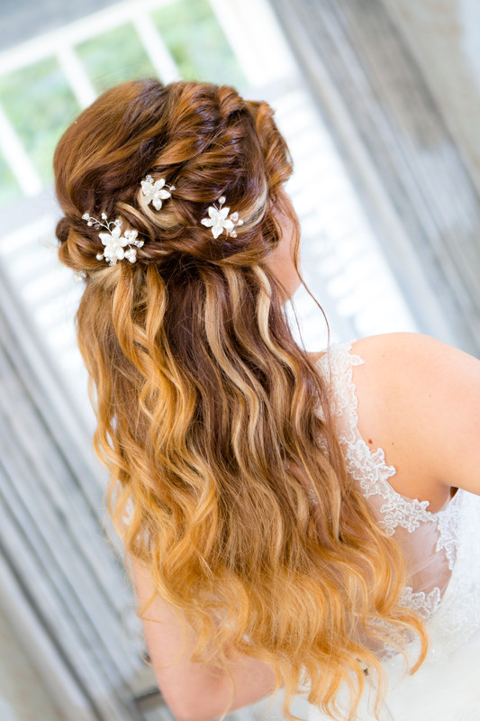 Soft beach waves at Vaulty Manor - Make Me Bridal Artist: Beautiful Hair 4 Weddings. Photography by: Paul Armes. #halfuphair #bohobride #bridalhairdown #romantic #beachwaves