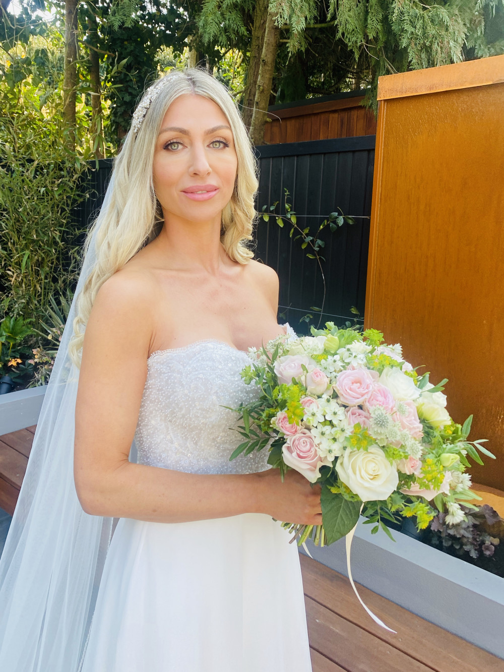 Big curls and pretty makeup - Make Me Bridal Artist: RLM wedding makeup. Photography by: Rebecca Louise Middleton. #glamorous