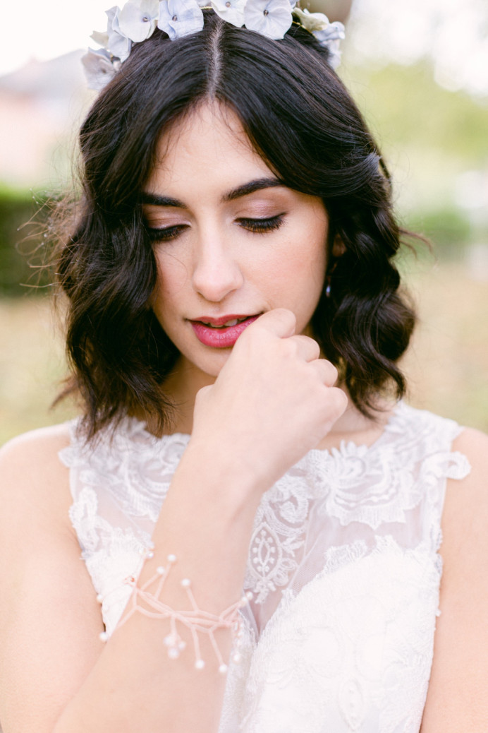 - Make Me Bridal Artist: Vicky Jiggens Makeup Artist. Photography by: Whitney Lloyd. #naturalmakeup #winterwedding #loosewaves #shorthair #winterbride #naturalskin