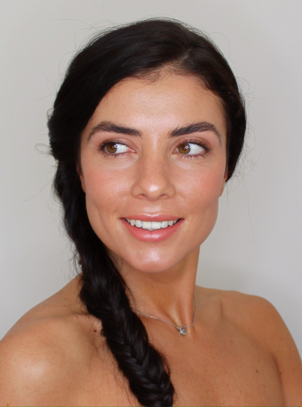 Here is a natural, glowing look I created for the beautiful Rosey. I used lots of cream products for that extra glow factor, and added coverage to her skin only where needed. Finished off with a soft gold shimmer on the eyes and a peachy nude lip. - Make Me Bridal Artist: Vicky Jiggens Makeup Artist. #naturalmakeup #glow #glowingskin #modernbride #naturalskin