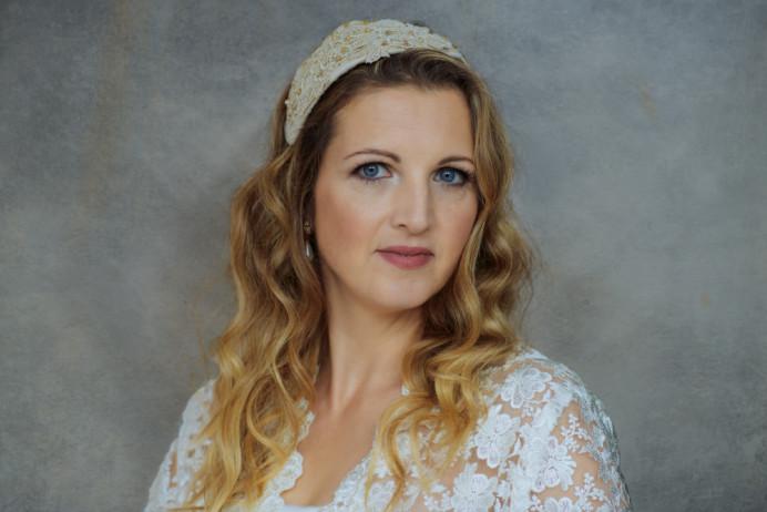 I love the work of Jayne Elizabeth. She creates the most beautiful hats and fascinators. - Make Me Bridal Artist: Viktoria Kohl Makeup and Hair. Photography by: Shaun Hodge. #wavyhair #softglammakeup #makeup