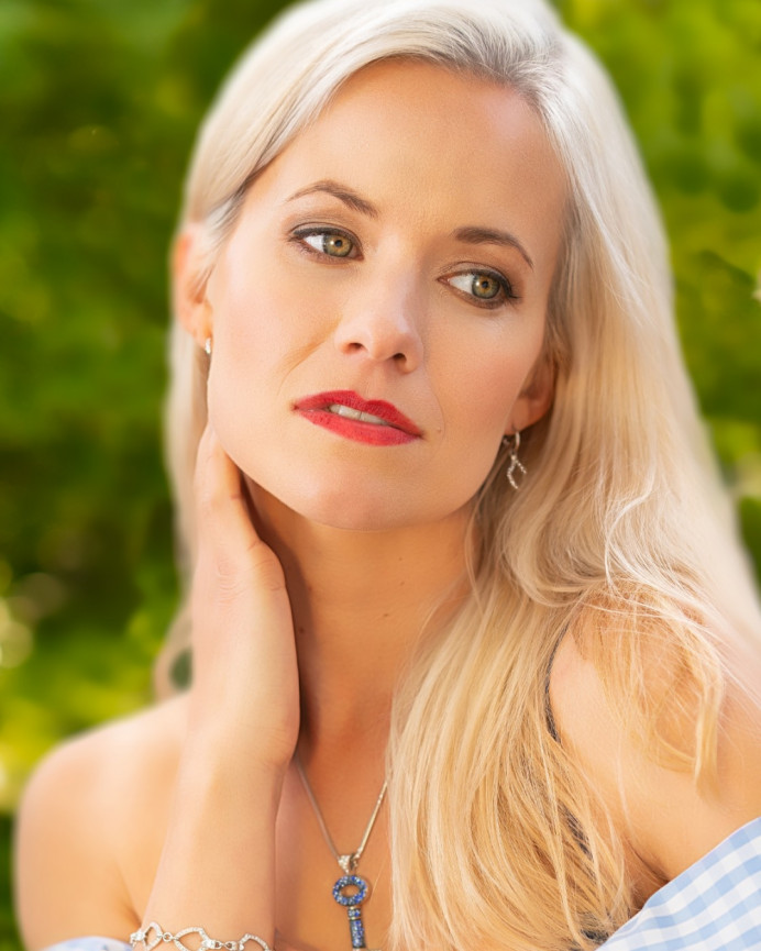 Soft and natural makeup and hair to let her beauty shine - Make Me Bridal Artist: Viktoria Kohl Makeup and Hair. Photography by: Colin Anthony. #glamorous #glamourousprettyblondebridebighair