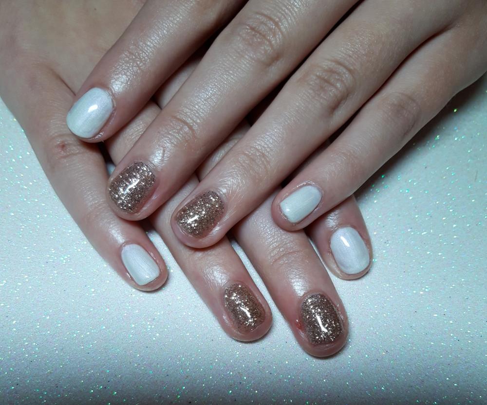 A bridal nail inspiration - Make Me Bridal Artist: Viktoria Kohl Makeup and Hair. #glamorous #weddingmorning #gettingready #prep