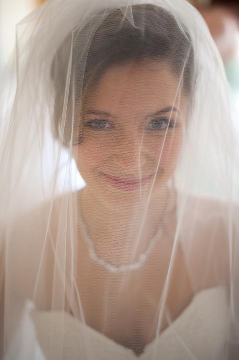 - Make Me Bridal Artist: Arabella Hewitt Make Up Artist. Photography by: Source Images. #classic #glamorous #naturalmakeup #bridalmakeup #bridalhair
