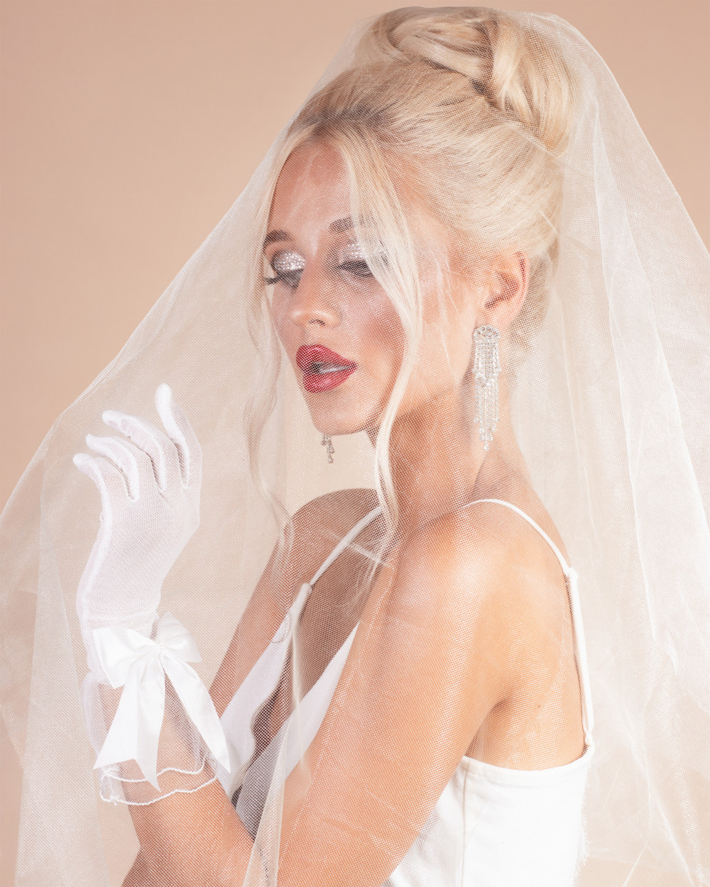 For the ever glamorous and editorial Bride.  Makeup by me Hair by Nicola  Www.bespokebridalhair.co.uk - Make Me Bridal Artist: Rosie Cerosio Makeup. Photography by: Jasmine Boulton. #glamorous #editorial