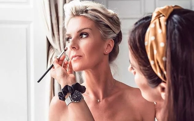 A behind the scenes shot from a more recent wedding back in 2019. - Make Me Bridal Artist: Sabina Ventriglia Makeup Artist. Photography by: Clare Davis. #classic #bridalmakeup #makeup #behindthescenes