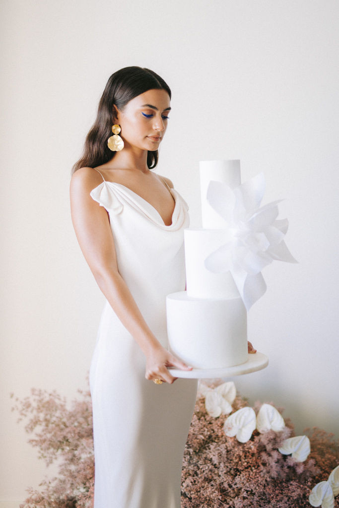 Wedding editorial - Make Me Bridal Artist: let's hair. Photography by: Momento Cativo. #classic #glamorous #elegant #eleganthair #bridalhairstylist #softcurls #naturalbridal #natural #loosewaves #softhair #bridalhair #effortlesshair #bridallook #softbridal #minimalist #softglam #coolbride #minimalhair #loosehair