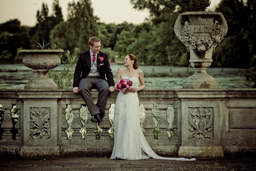 Rachel & Jeff, such a beautiful couple. She wanted a very classy chignon low bun and soft make up. - Make Me Bridal Artist: Carolina Samper. #classic #vintage #bridalmakeup #updo