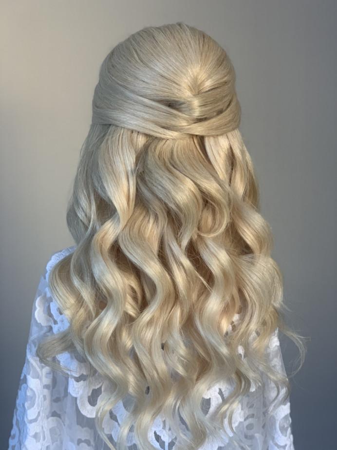 Half up half down bridal hair - Make Me Bridal Artist: Hairbydanielle. #halfuphair #blonde