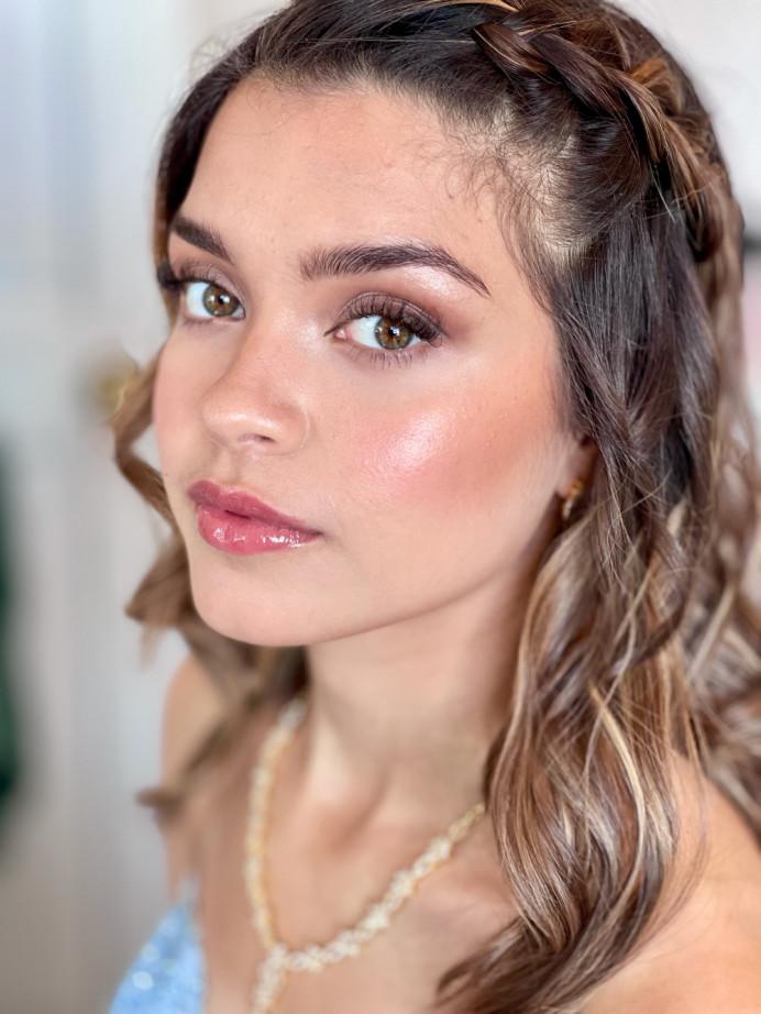 Glowy modern makeup look with highlight and natural tones - Make Me Bridal Artist: Jennifer Fogerty Hair and Makeup. #glowingskin #modernbride